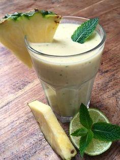 Ananas Kokosnussmilch Almased Smoothie Rezept Vitamin Kick für einen fitten Start in den Tag mit einem leckeren Ananas Kokosnussmilch #Almased #Shake mit Minze. Sweet #pineapple #coconut milk #smoothie with Almased #recipe