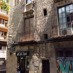 Barcelona Streetart #Spain #Barcelona #holiday #vacation #NikonD800 #instagram #photooftheday #graffiti #streetart #divebar #instaphoto #instamazing #architecture #architectureporn #buildings #historical #city #perspective #streetphotography #artwork #wal Nikon D800, Dive Bar, Cat Art, Street Photography, Perspective, Graffiti, Buildings, Barcelona, Spain