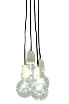 Taklampe Quattro, 4 tekstiltrukkede ledninger med porselensokkel, 4 pærer 40W Ø95 mm inngår, takkappe i krom til å henge på krok, høyde 120 cm, design By Rydéns, takplugg, 230V.<br><br>OBS! Noen tak/vinduslamper leveres med EU-støpsel som ikke kan benyttes i Norge. Dette må klippes av - for utbytting til støpsel av norsk standard (må utføres av autorisert elektriker). Alle våre lamper er CE-godkjente.