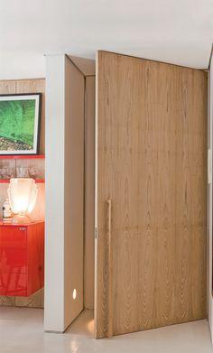 De madeira, este modelo (2,70 x 1,40 m, R$ 13 mil, CAP Marcenarias) ocupa todo o vão da entrada e traz internamente uma estrutura metálica paranão empenar. O acabamento é de laminado de freijó lavado. Ideia do arquiteto baiano David Bastos.