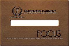 Etiqueta Sintética + silk c/ baixo relevo ou couro com queima com um retângulo vazado no meio