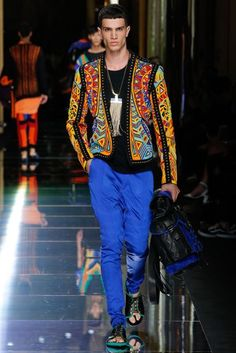 See all the Collection photos from Balmain Spring/Summer 2017 Menswear now on British Vogue Fashion Week Hommes, Mens Fashion Week, Fashion 2017, Boy Fashion, Fashion Show, Fashion Design, Fashion Trends, Marlon Teixeira, Jon Kortajarena