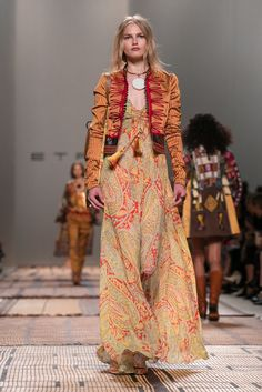 Veronica Etro presents her spring 2017 collection. Hippie Style Clothing, Gypsy Style, Bohemian Style, Gypsy Clothing, 70s Fashion, Runway Fashion, Fashion Outfits, Fashion Tips, Fashion Skirts