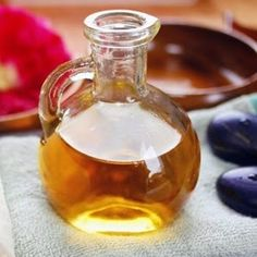 Homemade body oil for dry skin from Province Apothecary - Chatelaine Canadian winter body oil recipe Ingredients* 40 ml hemp oil 40 ml sunflower oil 20 ml olive oil 10 ml avocado oil 10 ml pumpkin seed oil 1 ml vitamin E Food For Dry Skin, Skin Food, Homemade Skin Care, Homemade Beauty Products, Natural Beauty Tips, Diy Beauty, Beauty Tricks, Pumpkin Seed Oil, Beauty Recipe