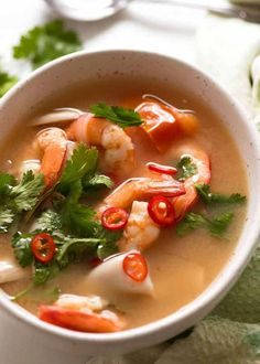 Rustic white bowl with Thai Soup - Tom Yum soup - ready to be eaten Healthy Sweet Snacks, Healthy Recipes, Healthy Breakfasts, Poulet Tikka Masala, Soup Recipes, Cooking Recipes, Cooking Tips, Tom Yum Soup, Asian Recipes