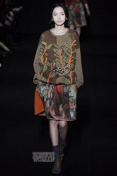 Новые осенне-зимние коллекции стали для модниц, и для экспертов настоящей неожиданностью. С удивлением и затаенной радостью они взирали на обилие трикотажа, который стал настоящим хитом нового сезона. Модные свитера, трикотажные