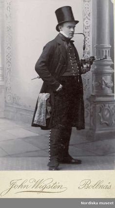 A man in coat and top hat, smoking a long-handled pipe, 1889/1900. Photo:John Wigstèn fotografi Atelier Bollnäs. Collection Nordiska museet. Image in Public Domain