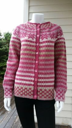 Oppskrift Fanajakke/genser i Kauni pdf-fil Fair Isle Knitting Patterns, Knitting Designs, Knit Patterns, Sweater Jacket, Knit Cardigan, Norwegian Knitting, Christmas Knitting, Sweater Design, Fair Isles