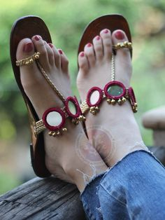 Raani Noor Kolhapuris Shoes Flats Sandals, Slipper Sandals, Sandals Outfit, Fashion Slippers, Fashion Sandals, Bridal Shoes, Wedding Shoes, Bridal Jewelry, Indian Shoes