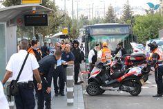 Via Tazpit Brasil / Por Michael Bachner/TPS - Jerusalém (TPS) - Em mais um ataque terrorista em Jerusalém, um estudante judeu de yeshivá, de 25 anos, foi esfaqueado no pescoço, na quinta-feira (8/10), e ficou gravemente ferido. O crime aconteceu em uma estação de trem perto do bairro de French Hill. Ele foi levado para…
