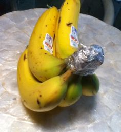 How to Keep Bananas Fresh Longer. Plastic wrap around the top?  Who knew!