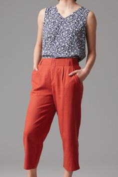 Crafted in an all natural blend of linen and viscose this lightweight cropped pant is cut in a relaxed fit. Featuring an elasticated back waistband, removable waist tie and pleated front detail this versatile pant is your summer essential. Team with sandals and a cami on warm days and layer with a slouchy knit on cooler evenings.