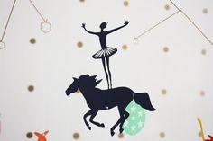 Mobile le cirque en papier laiton et fil de par Lestroiscerises