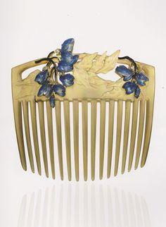 Wisteria hair comb, by René Lalique, circa 1903-04. Horn, gold, enamel, glass and diamonds. Signed 'LALIQUE'. #ArtNouveau #Lalique #comb