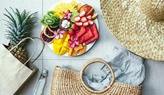 Fresh fruit plate and set of summer fashion beach accessories, top view from above (overhead). Italy Packing List, Packing For Europe, Paris Packing, Packing Lists, Scotland Food, Scotland Travel, Low Gi Fruits, Orange City, Diet Reviews