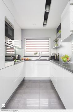Newest Cost-Free Roller Blinds design Suggestions Buying roller blinds ? Then you might be trying to find expert guidance. Kitchen Room Design, Kitchen Cabinet Design, Modern Kitchen Design, Home Decor Kitchen, Interior Design Kitchen, Home Kitchens, Modern Kitchen Interiors, Cuisines Design, Apartment Kitchen