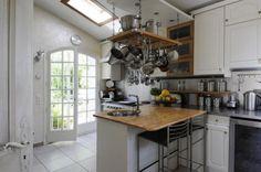 Il fascino dei particolari - Le pentole appese sopra alla penisola della cucina sono praticamente un musthave delle cucine in campagna.