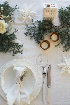 Christmas inspiration from Elisabeth Heier - NordicDesign Neutral white Christmas table with greens Christmas Table Settings, Christmas Tablescapes, Christmas Table Decorations, Holiday Tablescape, Christmas Place Setting, Desk Decorations, Noel Christmas, Scandinavian Christmas, Winter Christmas