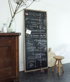 Love the simplicity of this look & the gigantic chalkboard Diy Interior, Interior Styling, Small Living Rooms, Home And Living, Nordic Living, Do It Yourself Inspiration, Deco Nature, Deco Boheme, Interior Inspiration