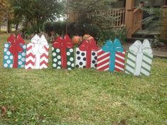 Outdoor Christmas Decorations – 6 Things to Consider For This Holiday Lawn Decoration Christmas Lawn Decorations, Christmas Yard Art, Christmas Crafts For Kids To Make, Christmas Signs, Christmas Projects, Christmas Tree Ornaments, Holiday Crafts, Christmas Diy, Diy Yard Decor