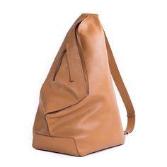 ・53 x 34 x 30 cm ・NAP牛皮 ・同色緞面內裡 ・鍍金色五金配件+YKK拉鍊 ・附防塵袋供日常收藏 ・可拆卸與可調節皮質肩帶 ・袋口採拉鍊開闔 ・外部1…