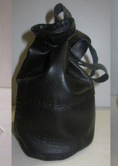 Skórzana sakiewka/mieszek na monety. Mieszek wykonany jest z naturalnej skóry (baran). Sakiewka oferowana jest w kolorze czarnym Doskonale nadaje się do przechowywania monet, drobnych kosztowności,przedmiotów itp. Wymiary: wysokość : 15 cm szerokość 2 x 13,5 cm