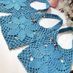 Best 9 How to Crochet a Solid Granny Square – SkillOfKing. Filet Crochet, Crochet Bowl, Crochet Quilt, Knit Crochet, Crochet Clutch, Crochet Handbags, Crochet Purses, Crochet Crafts, Crochet Projects