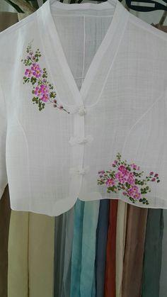 [천아트 금아갤러리] 하얀모시 저고리 찔레꽃 : 네이버 블로그 Saree Painting, Dress Painting, T Shirt Painting, Silk Painting, Fabric Paint Shirt, Paint Shirts, Fabric Art, Fabric Painting On Clothes, Hand Painted Dress
