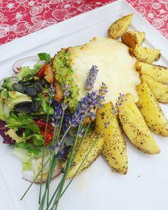 Dzień dobry, dzisiaj na danie dnia polecamy pierś drobiową pod brokułową pierzynką z młodymi ziemniakami z pieca i sałatami! Serdecznie zapraszamy 🍽️💕#podorlem #kartuzy #trojmiasto #polishcusine #food #podorlemkartuzy #kaszuby #bestteamever #najlepszykucharz #niebowgębie #restauracja #obiad