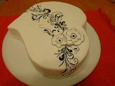 The black and white detail on this cake is hand-painted with 3D piping and edged flowers. Beautiful.