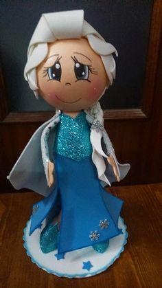 Elsa Frozen realizada por Eva, por una alumna en el taller Elsa Frozen, Foam Crafts, Clothespin Dolls, Frozen Party, Fairy Dolls, Ideas Para Fiestas, Puppets, Mousse, Disney Princess