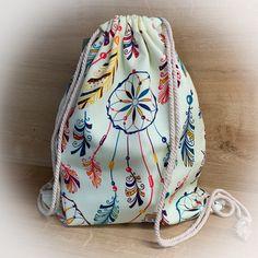 Der lässige Rucksack eignet sich perfekt als Gymbag, Turnbeutel oder als Umhängebeutel. Er bietet einen großen Stauraum und ist mit dem sommerlichen Muster ein wahrer Hingucker. Drawstring Backpack, Backpacks, Bags, Fashion, Light Scarves, Cinch Bag, Closet Storage, Gymnastics, Patterns