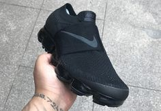 COMME des GARÇONS Nike VaporMax Strap 2018. The COMME des GARÇONS x Nike Air VaporMax Strap releasing in 2018 in Black with co-branding. Nike Shoes Outlet, Nike Air Shoes, Nike Air Vapormax, Stepper, Jeans And Sneakers, Sneakers Nike, Exclusive Shoes, Nike Slippers, Nike Fashion