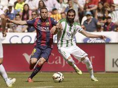 El defensa del FC Barcelona Jordi Alba disputa un balón con el defensa Jose Ángel Crespo, del Córdoba.