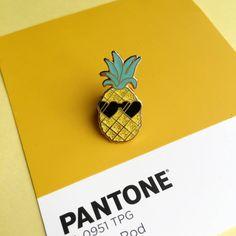 Pedro l'ananas est plus cool mec autour.  -Détail métal or -Fabriqué à partir de l'émail dur de paillettes de haute qualité -Est livré sur une carte de support mignon -Mesure 2,5 cm x 1,5 cm