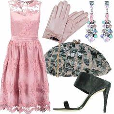Chiccosissimo tutto l'outfit, ad iniziare dall'abito bon ton in pizzo rosa, paillettes per la clutch, cristalli colorati per gli orecchini, guantino in pelle da cerimonia... ed il grande ritorno dei sabot! La colorazione di rosa e verde fa tremendamente primavera!