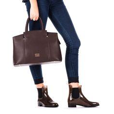 Bolso de mujer en marrón con tres bolsillos pequeños y uno más grande internos. Un bolsillo pequeño exterior. Cierre con cremallera.36x30cm. Corte en sintético y forro en tejido. Marcarás estilo con este bolso tan ideal