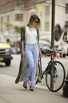 Look da Carol Tognon com calça jeans, blusa branca e cardigã compido mesclado preto e branco da Carol Bassi.