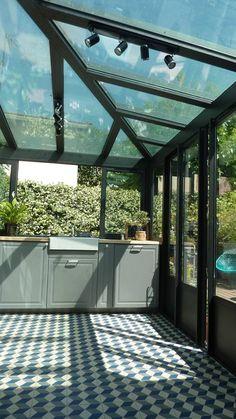 Ein schöner Wintergarten mit Küche von MAAD Architectes. Mehr Ideen zu Wintergärten findet ihr im Artikel #wintergarten #homify