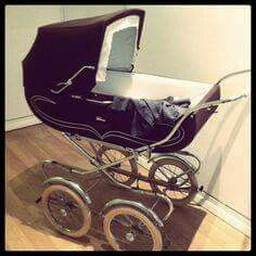 I saw something like this at a baby shop when I was pregnant with the girl.just beautiful. Until the sales lady told us it didn't fold down at all and you would need a van to transport it! Ok, not practical, but still beautiful huh! Vintage Pram, Vintage Love, Baby Kind, Baby Love, Best Baby Strollers, Prams And Pushchairs, Dolls Prams, Baby Prams, Wishes For Baby