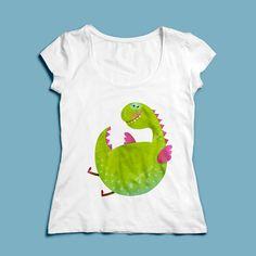 T-shirt Happy Dragon | Een 100% katoen single jersey t-shirt verkrijgbaar met v-hals of ronde hals met een lieve draak voor zowel dames als heren (en kinderen)! In diverse maten verkrijgbaar.  #kleding #textieldruk #opdruk #print #eigenprint #damesshirt #herenshirt #tshirt #shirt #cartoon #illustratie #draak #dinosaurus #lief #kinderen #kindershirt #kids