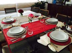 Olha só a mesa que a @ninaclara55 montou na casa dela com os nossos caminhos de mesa Linen kakhi e vermelho e sousplats Etnias intercalados. Uau! Adoramos!