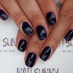 It's a discreet and tidy option of decorating for women fingers. Besides the classic black colour of the nail, small elements made of tiny stones along the