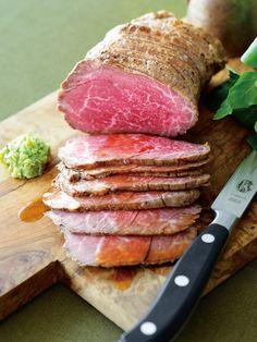 「自家製黒毛和牛ローストビーフ」は、京都の老舗精肉店「銀閣寺大西」が作る人気商品。これまでローストビーフに使用していた国産黒毛和牛の赤身モモ肉をさらに厳選し、一頭からわずか12kgほどしか取れない稀少な部位を使用。厚さ2mm以下に薄くスライスするのが、おすすめの食べ方。味つけは、塩、こしょうのみといたってシンプルなので、まずは何もつけず肉そのものを味わってみて。次に同梱のローストビーフソースと刻みわさびをつけて食べてみては。口の中でとろけるおいしさのひと品。<DATA>「自家製黒毛和牛ローストビーフ」¥5,583(本体価格、2個以上ご購入の場合はお届け先が1カ所なら1個分の送料でお届け)内容/ローストビーフ(モモ)400g、ローストビーフソース120g、刻みわさび30g冷蔵便※賞味期限は冷蔵で7日>>購入はこちら