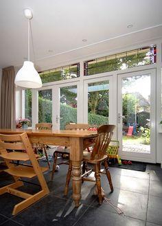 Openslaande tuindeuren met mooi glas in lood erboven
