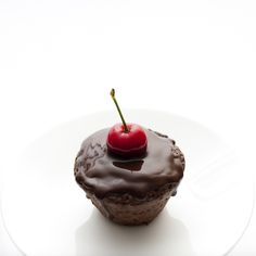 Bolos de chocolate e cereja