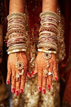 henna and bangles. Haath Phool for Indian Bride Indian weddings www. Big Fat Indian Wedding, Indian Wedding Jewelry, Indian Bridal, Indian Jewelry, Bride Indian, Indian Weddings, Bridal Bangles, Bridal Rings, Bridal Jewelry