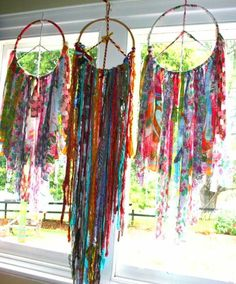Of course the final touch to a bohemian wedding -) added touch of colourful no nuke dreamcatchers /you can never have enough of these around at your ceremony love Gypsy Style, Boho Gypsy, Hippie Style, Hippie Boho, Gypsy Decor, Bohemian Decor, Couronne Diy, Diy And Crafts, Arts And Crafts