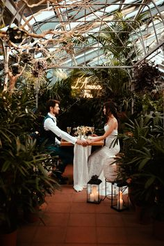 Rustic, vegetal and organic atmosphere for this intimate elopement dinner in a beautiful tropical greenhouse !