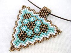 Colgante triángulo de peyote / abalorios colgante marrón, turquesa y blanco / semilla grano colgante colgante / geométricas triángulo colgante / cuentas de MadeByKatarina en Etsy https://www.etsy.com/es/listing/194198393/colgante-triangulo-de-peyote-abalorios
